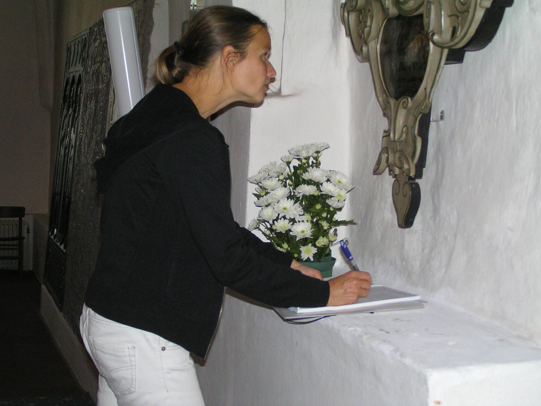 Rikke registrerer epitafium i Bogense Kirke