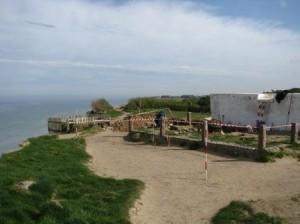 Den arkæologiske udgravning vest for Mårup Kirke foregår få meter fra skrænten. Set mod nord.