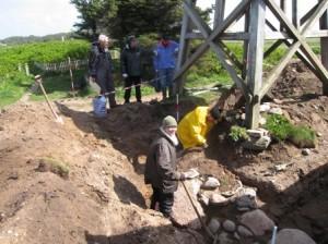 Øst for kirken, under klokkestablen af træ, undersøgtes på udgravningens sidste dag apsiden. Den viste sig at være kantet i stedet for rundet, som det først var antaget.