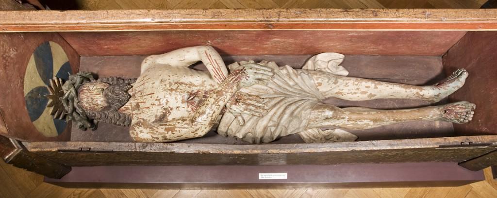 Et kig ned i Kristi Grav, som man kan få det i Nationalmuseets middelalderudstiling