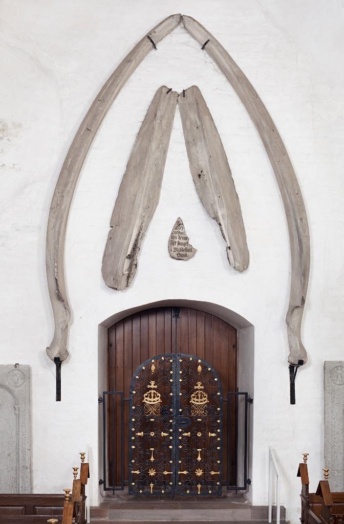 Hvalknoglernes nuværende placering i Middelfart Kirke