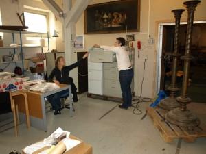 Registrering af genstande fra Skt. Nikolaj i museets magasin. Til højre ses de store malmlysestager - her inden montering af armene.