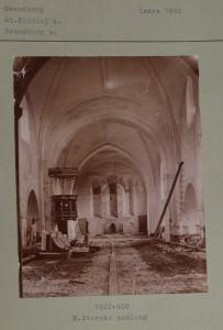 Kirkens indre set mod øst ved påbegyndelsen af restaureringen 1892-94. Gulvet er fjernet, og på arkadepillerne ses spor af det tidligere gulv, som lå meget højere.
