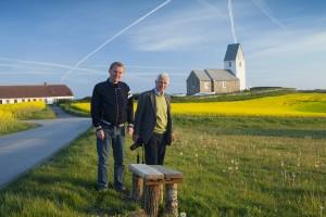 Fotograf Arnold Mikkelsen (tv) og Kirkeværkets mangeårige redaktør Hugo Johannsen på arbejde ved Trans Kirke.