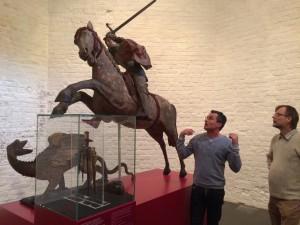 Dr. Jan Richter (tv) fortæller om Skt. Jørgen og dragen, der er udstillet i kirkeruinens kor.